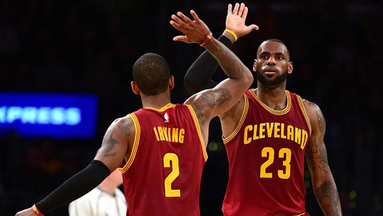 LeBron James sleberasi bersama Kyrie Irving. Copyright: Harry How/Getty Images