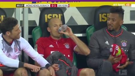 Robben (tengah) saat dihibur oleh Xabi Alonso (kiri) dan Jerome Boateng (kanan). - INDOSPORT