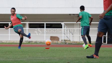 Ezra Walian (kiri) sudah mengikuti latihan bersama Timnas Indonesia U-22.