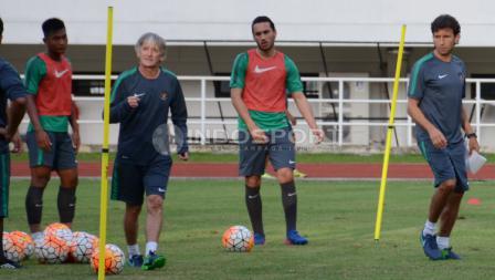 Ezra Walian (tengah) sudah mengikuti latihan bersama Timnas Indonesia U-22.