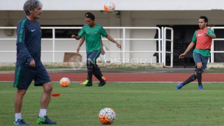 Ezra Walian (kanan) sudah mengikuti latihan bersama Timnas Indonesia U-22 di Stadion Pakansari, Cibinong, Kabupaten Bogor.
