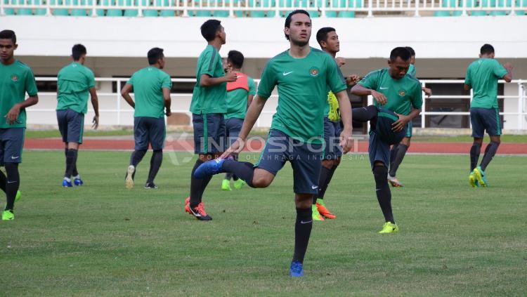 Ezra Walian (tengah) berlatih bersama Timnas Indonesia U-22 di Stadion Pakansari, Cibinong, Kabupaten Bogor.