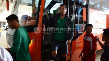 Ezra Walian saat turun dari bus Timnas Indonesia U-22.