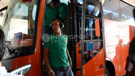 Ryuji Utomo saat turun dari bus Timnas Indonesia U-22.