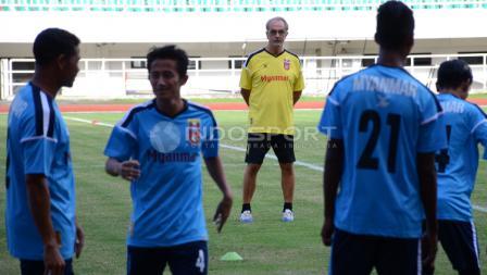 Timnas Myanmar saat menggelar latihan  di Stadion Pakansari, Cibinong, Kabupaten Bogor, jelang menghadapi Timnas Indonesia U-22.
