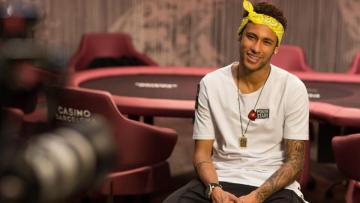 Neymar diwawancara dalam acara poker di Casino Barcelona.