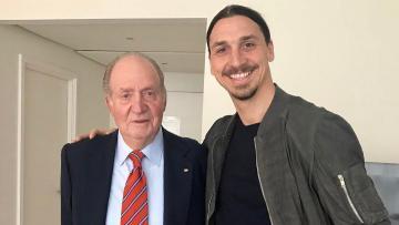Ibrahimovic (kanan) bersama mantan Raja Spanyol, Juan Carlos I.