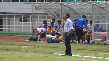 Pelatih Luis Milla saat memimpin Timnas U-22 menghadapi Myanmar di Stadion Pakansari Bogor.