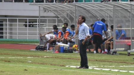 Luis Milla saat memberi instruksi para pemain Timnas Indonesia kala melawan Myanmar. - INDOSPORT
