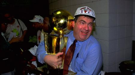 Momen manager Chicago Bulls, Jerry Krause, saat memeluk Trofi Larry O'Brien. - INDOSPORT