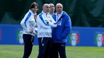 Pelatih Timnas Italia, Gian Piero Ventura (kanan) dalam sesi latihan.