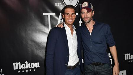 Rafael Nadal dan Enrique Iglesias saat menghadiri Grand Perayaan Pembukaan TATEL Miami. - INDOSPORT