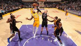 Pemain Los Angeles Lakers, Thomas Robinson (no 15) berusaha menggagalkan aksi Blake Griffin.
