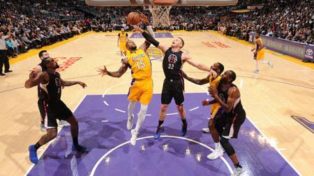 Pemain Los Angeles Lakers, Thomas Robinson (no 15) berusaha menggagalkan aksi Blake Griffin. - INDOSPORT