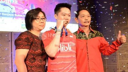 Kevin Sanjaya Sukamuljo (tengah) foto bersama Ibunya Winarti Niawati dan Ayahnya Sugiarto Sukamuljo usai acara penyerahan bonus. - INDOSPORT