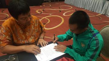 Muhammad Hargianto saat menandatangani kontrak dengan Persija Jakarta.