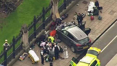 Tampak atas mobil pelaku yang menabrak pejalan kaki di sekitar gedung Parlemen Inggris. - INDOSPORT