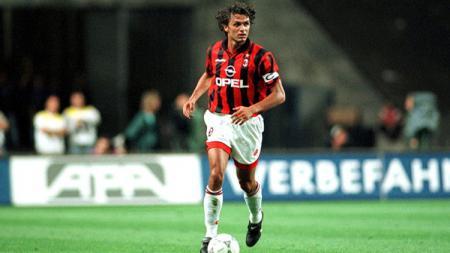 Paolo Maldini menjadi roh di pertahanan Milan saat masih aktif bermain sebagai pesepakbola. - INDOSPORT
