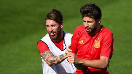 Keakraban Ramos dan Pique di skuat Spanyol. - INDOSPORT