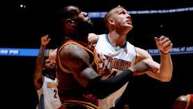 LeBron James berduel dengan Mason Plumlee.