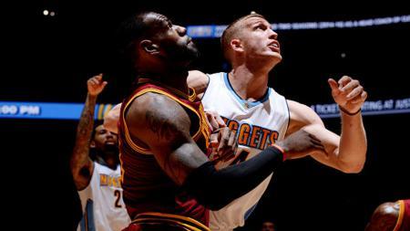 LeBron James berduel dengan Mason Plumlee. - INDOSPORT