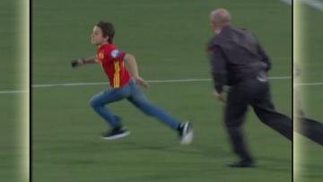 Bocah berusaha untuk mengelabui penjaga keamanan di lapangan untuk bertemu Alvaro Morata.