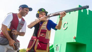 Valentino Rossi ketika berlatih menembak dengan Nasser Al-Attiyah.