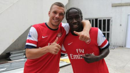 Bacary Sagna dan Lukas Podolski kala masih berseragam Arsenal. - INDOSPORT