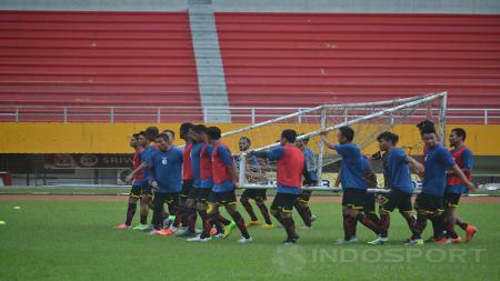 Para pemain Sriwijaya FC saat menjalani sesi latihan. - INDOSPORT