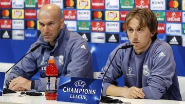 Zidane (kiri) dan Luka Modric saat konferensi pers di Liga Champions 2016/17.