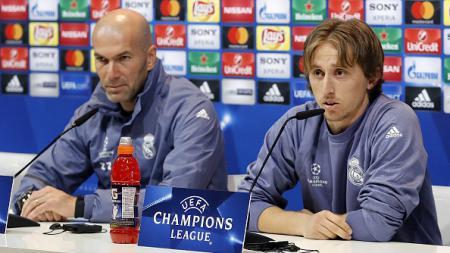 Zidane (kiri) dan Luka Modric saat konferensi pers di Liga Champions 2016/17. - INDOSPORT