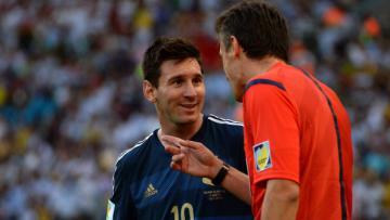 Messi berdiskusi dengan wasit pada final Piala Dunia 2014.