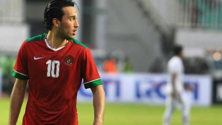 Ezra Walian saat melawan Myanmar di Stadion Pakansari. - INDOSPORT