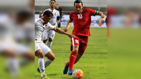 Ezra Walian mendapat kepungan dari pemain Myanmar. - INDOSPORT