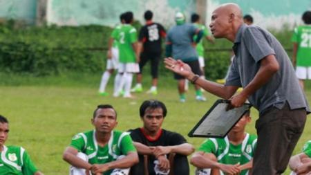 Suharto AD saat ini menjadi pelatih baru PS Bhineka di Liga 3 2019 zona Sumatera Utara. - INDOSPORT
