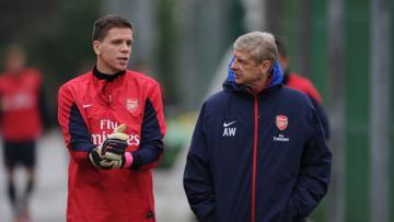 Arsene Wenger berbincang dengan Wojciech Szczesny jelang sesi latihan.