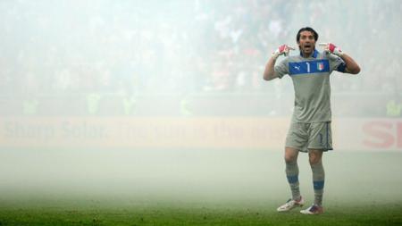 Gianluigi Buffon ketika membela Timnas Italia. - INDOSPORT