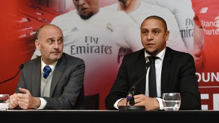 Roberto Carlos (kanan) saat melakukan konferensi pers dalam laga Real Madrid Legend vs Liverpool Legend. - INDOSPORT