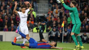 Aksi berlebihan Suarez saat melawan PSG di Camp Nou.