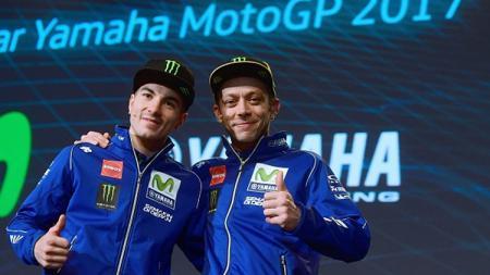 Rider Monster Energy Yamaha, Valentino Rossi menunjukan aksi berkelas kepada rekan setimnya, Maverick Vinales yang berhasil menjadi juara seri balapan ke-18 MotoGP Malaysia, Minggu (03/11/19) kemarin. - INDOSPORT