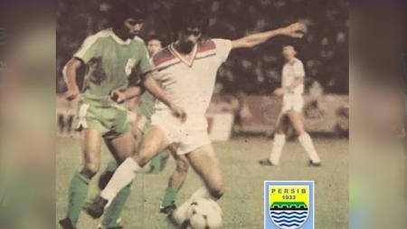 Mega bintang Persib Bandung, Adjat Sudradjat (kanan) saat melawan PSMS Medan. - INDOSPORT