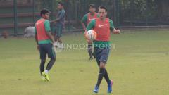 Indosport - Ezra Walian (kanan) melakukan jugling bola sebelum internal game dimulai.