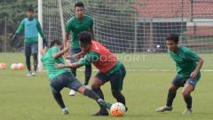 Indosport - Febri Hariyadi (tengah) berhasil melewati hadangan Evan Dimas.