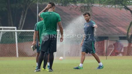 Pelatih Luis Milla (kanan) memberi arahan kepada pemain sebelum babak kedua internal game Timnas U-22. - INDOSPORT