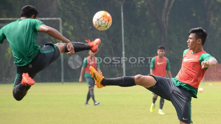 Hanif Sjahbandi (kanan) berebut bola dengan rekannya dalam internal game Timnas U-22. Copyright: Herry Ibrahim/INDOSPORT