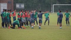 Indosport - Seluruh pemain Timnas U-22 mendapat arahan dari tim pelatih sebelum memulai babak kedua internal games.