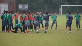 Para pemain Timnas U-22 mendapat arahan dari tim pada latihan internal game di Lapangan SPH Karawaci, Tangerang, Sabtu (25/03/17).