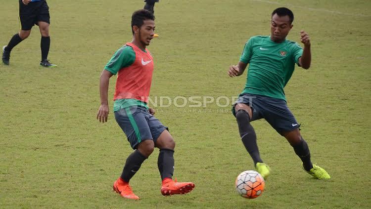 Gian Zola (kiri) mendapat hadangan dari Hargianto. Copyright: Herry Ibrahim/INDOSPORT
