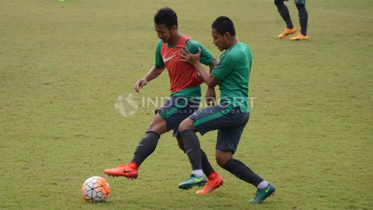Gian Zola (kiri) dijaga ketat oleh Evan Dimas Darmono. Copyright: Herry Ibrahim/INDOSPORT