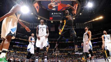 Pemain Los Angeles Lakers berhasil memasukan bola ke jaring Minnesota Timberwolves .
